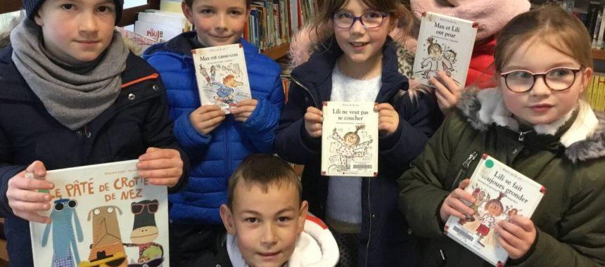 les enfants apprécient la lecture à la bibliothèque